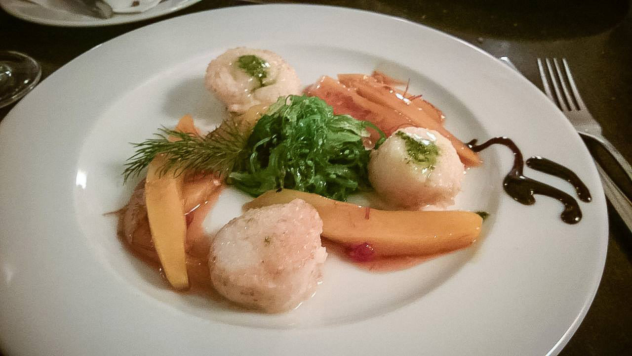 Jakobsmuscheln mit Birne und kleinem Salat