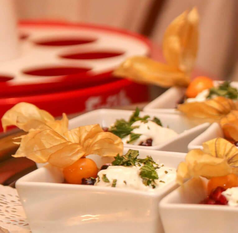 Silvestermenü: Schalen mit Creme, dekoriert mit Physalis